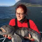 angelnde Frau mit Steinbeisser