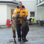 happy Angler mit Dickdorsch und Heilbutt