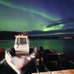Angelboote ins Nordlicht getaucht