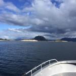 vom Angelboot mit Blick auf die Bergwelt