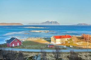 das vom Bootssteg ca. 2,5km entfernte Ferienhaus in Vannøya Havfiske